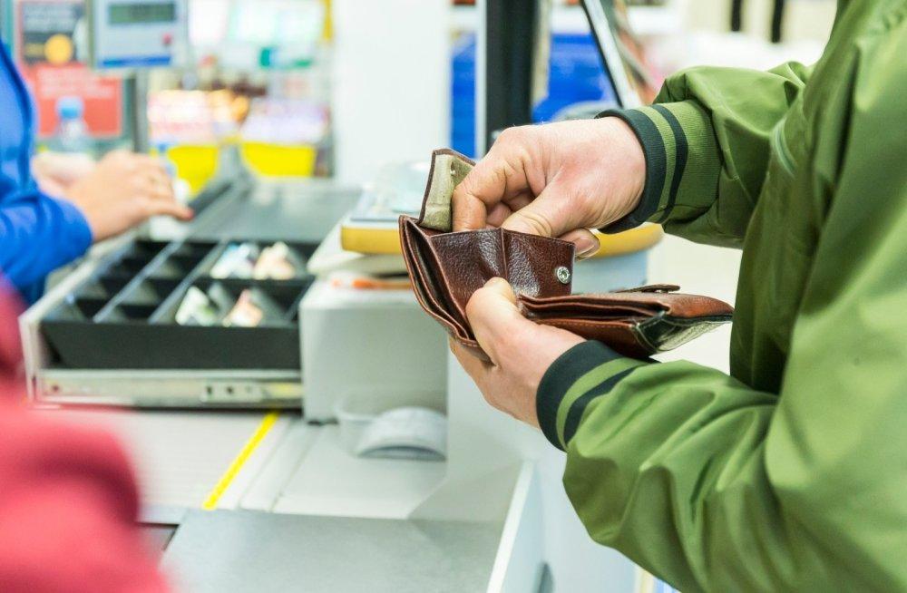 Более 27 % россиян признались в нехватке средств на продукты и одежду